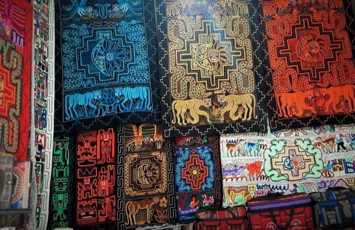 d362ced2ec94 Muchas de las piezas reflejan creencias y diseños nativos como la Cruz Inca  y animales sagrados mostrados aquí. Podrás encontrar bandas para la cabeza