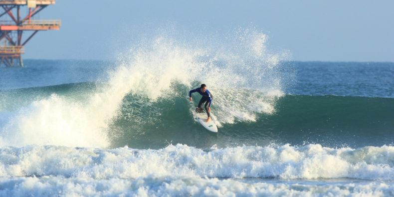 Un surfeur sur une vague à la plage de Lobitos dans le nord du Pérou.