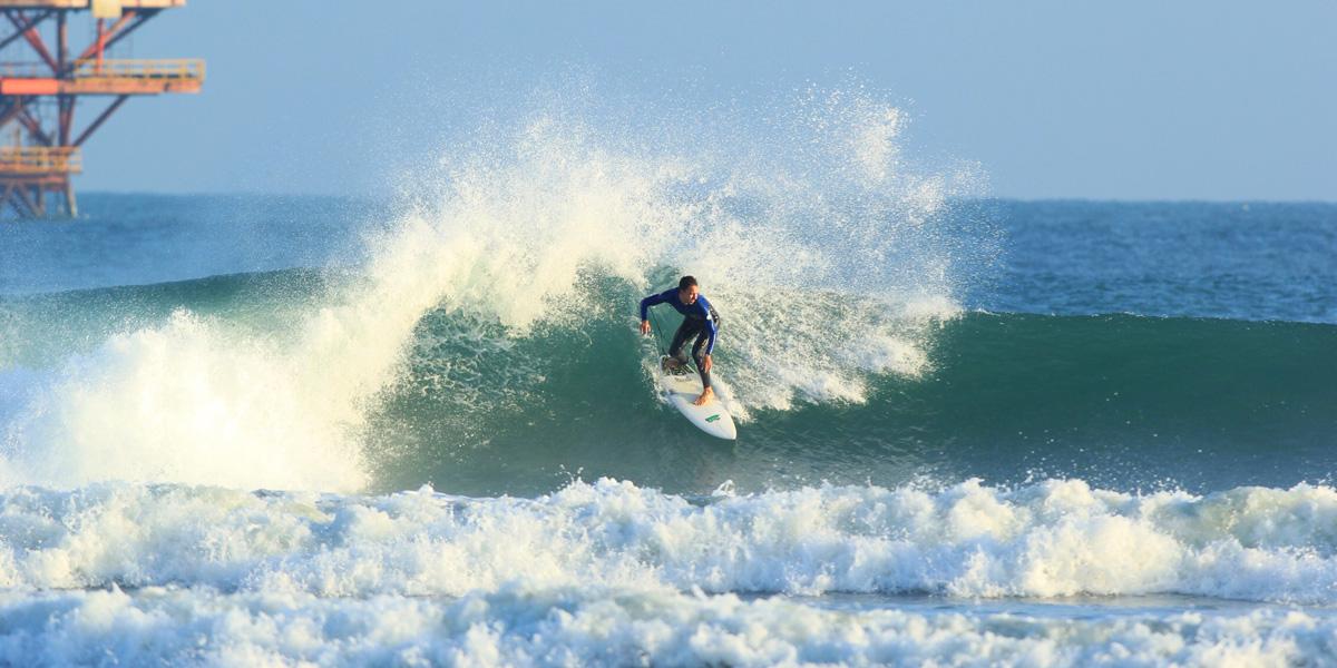 Un surfeur sur une vague à Mancora.