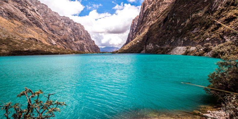 laguna de azul cristalino con montañas - cosas por hacer en perú