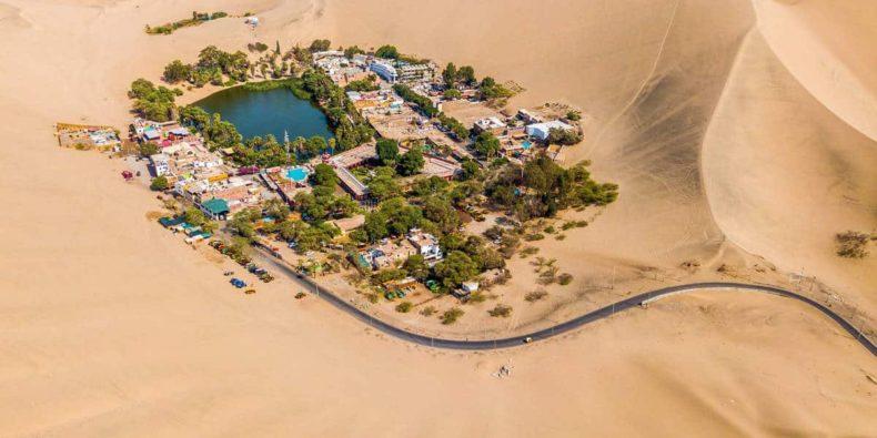 vista aérea del desierto de huacachina - cosas que hacer en perú