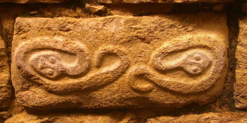 detalle de un grabado en Kuélap vista de la fortaleza de Kuélap en Perú - kuélap cómo llegar