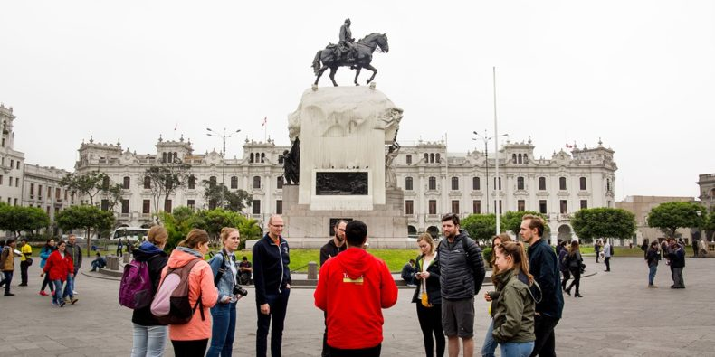 grupo de turistas no centro de lima escutando o guía - tour em Lima