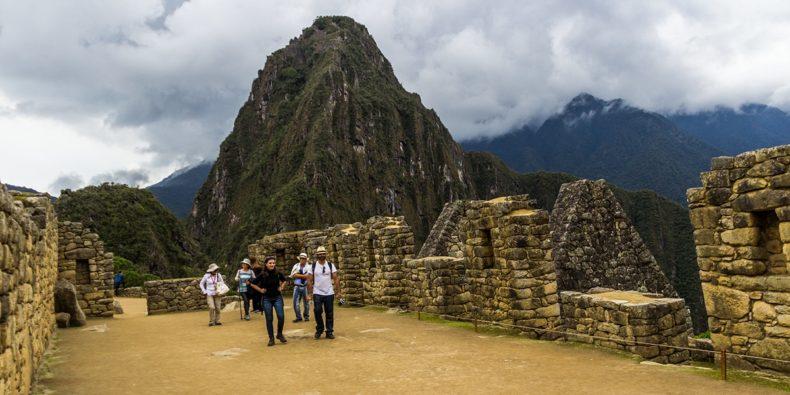 personas paseando en Machu Picchu