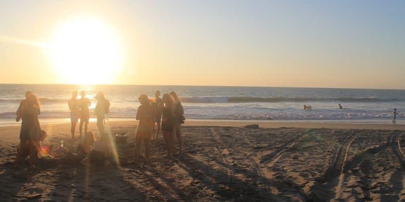 amigos na praia de máncora - piura - perú