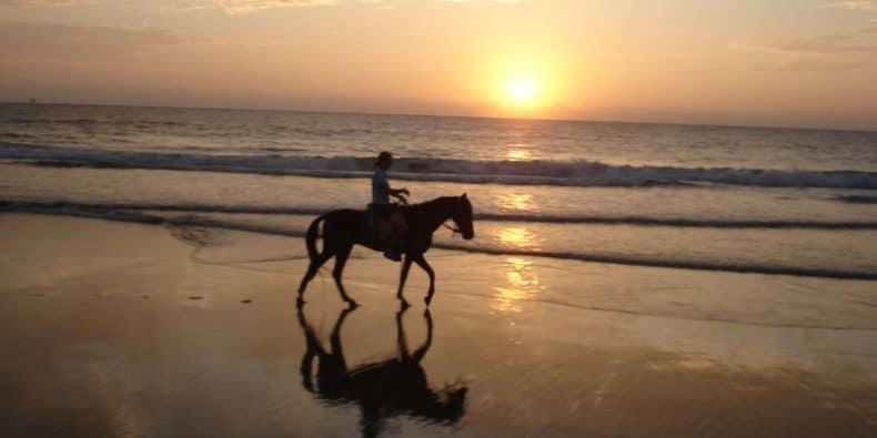 pessoa montando cavalo a beira mar em máncora