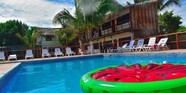 piscina de wild rover hostel máncora