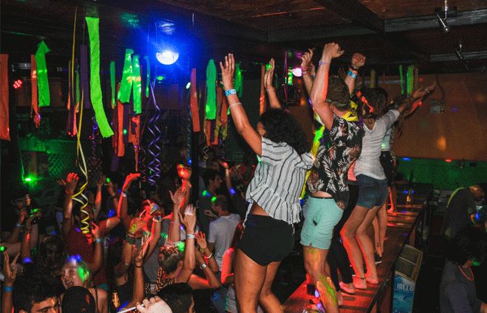 festa em mancora - wild rover hostel