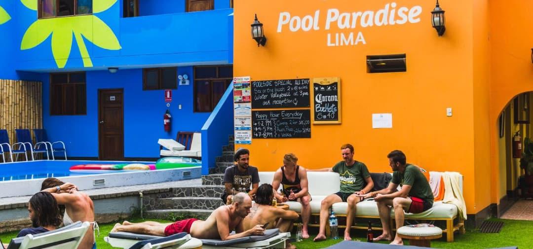 personas relajándose en la piscina en Pool Paradise Lima