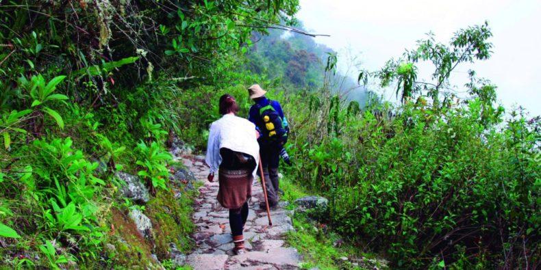 personas transitando el camino del inca hacia machu picchu