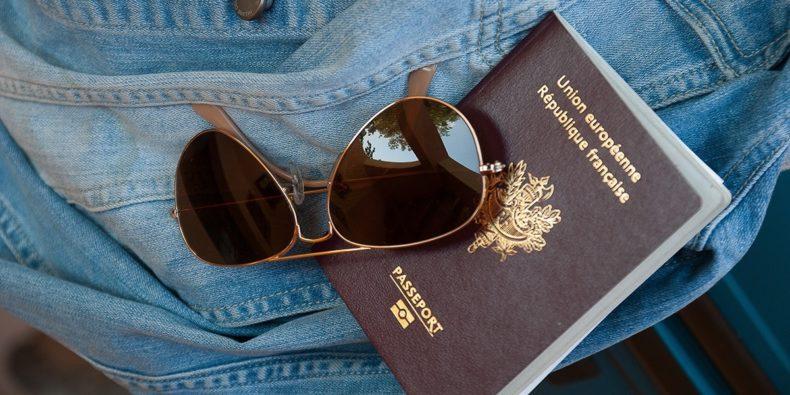 detalle de pasaporte y lentes de sol - requisitos para viajar a Perú