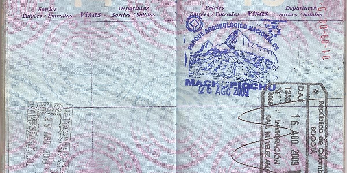 plano detalle del pasaporte con el sello de Machu Picchu - requisitos para viajar a Perú
