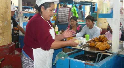 Budget Backpacking Peru – Woman Cooking