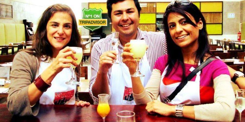 tres amigos brindando bebidas peruanas num tour em Lima